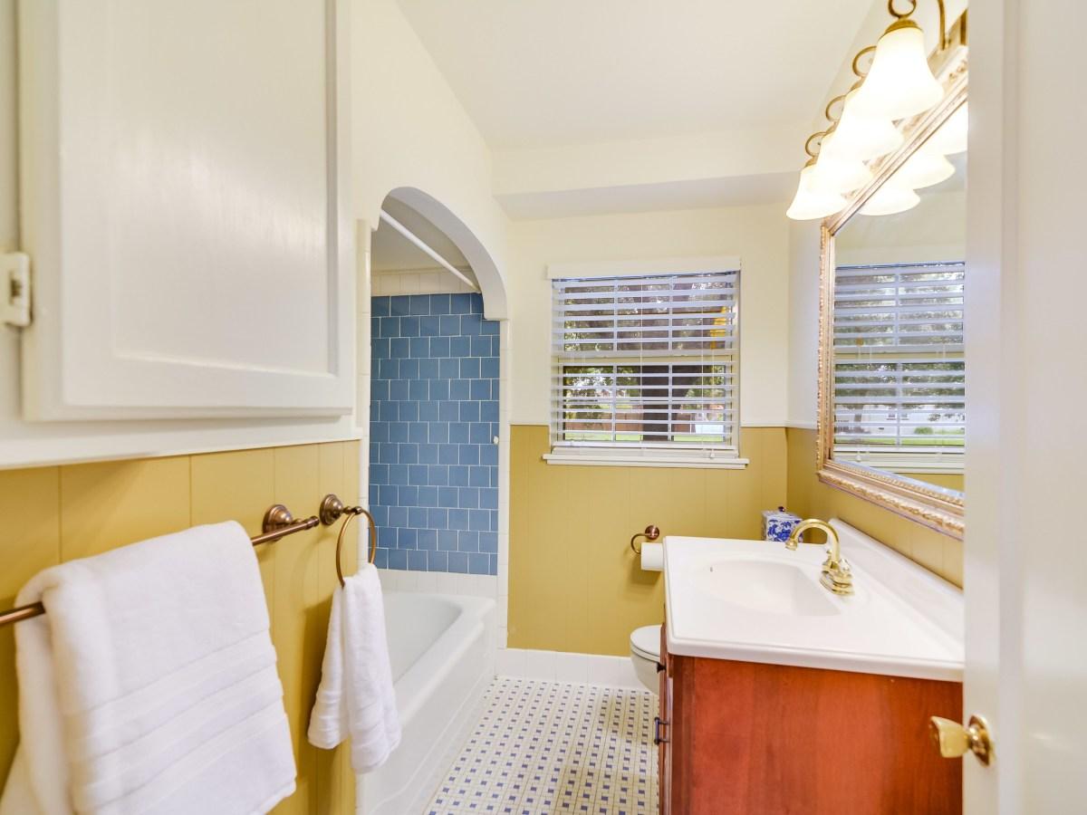 264 Larchmont San Antonio house for sale bathroom