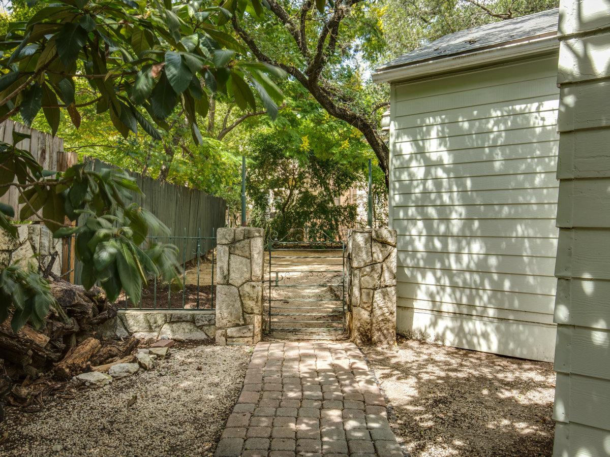 16 Ledge Ln San Antonio house for sale backyard