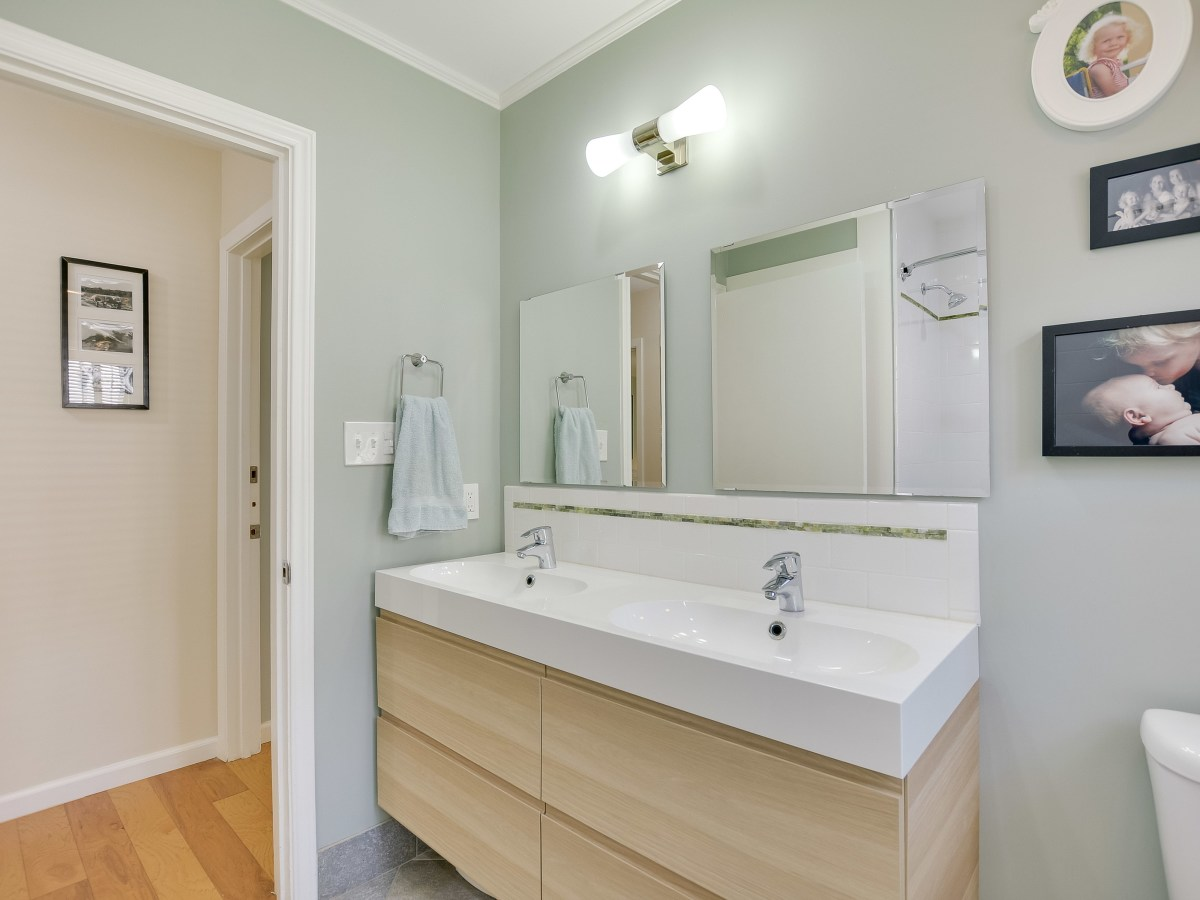 231 Hillview San Antonio house for sale bathroom