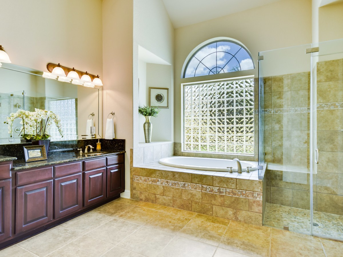 18027 Resort View San Antonio house for sale master bathroom