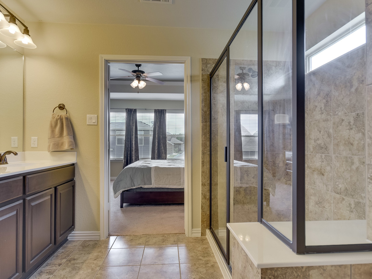 1400 Middlefield Austin house for sale master bathroom