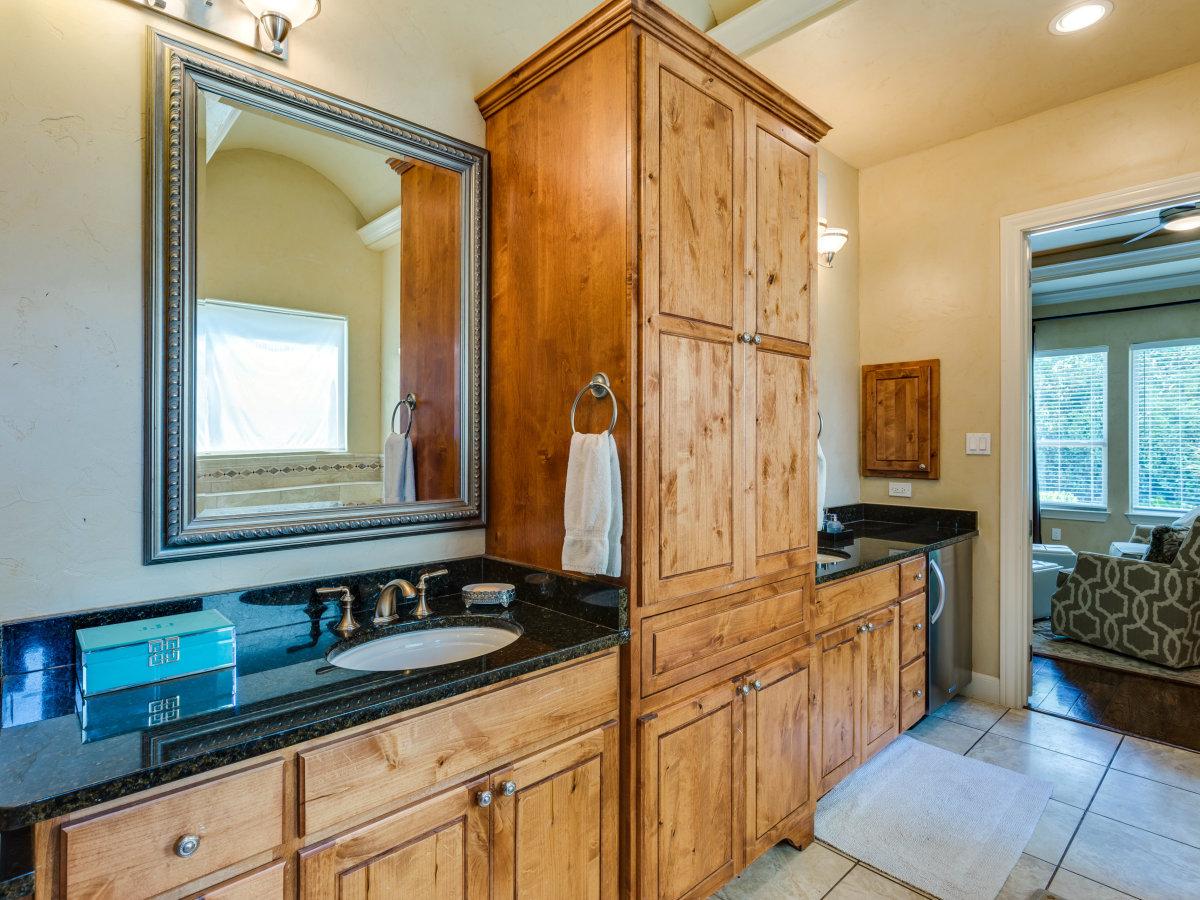 821 Canterbury Hill San Antonio house for sale bathroom