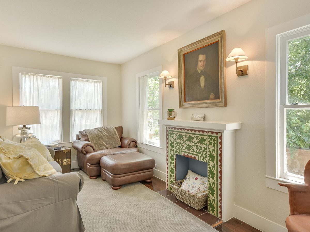 423 Queen Anne San Antonio house for sale fireplace