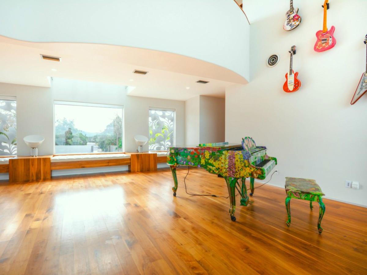 Austin house home Acqua Villa Winn Wittman Lake Travis 14515 Ridgetop Terrace 78732 living room piano