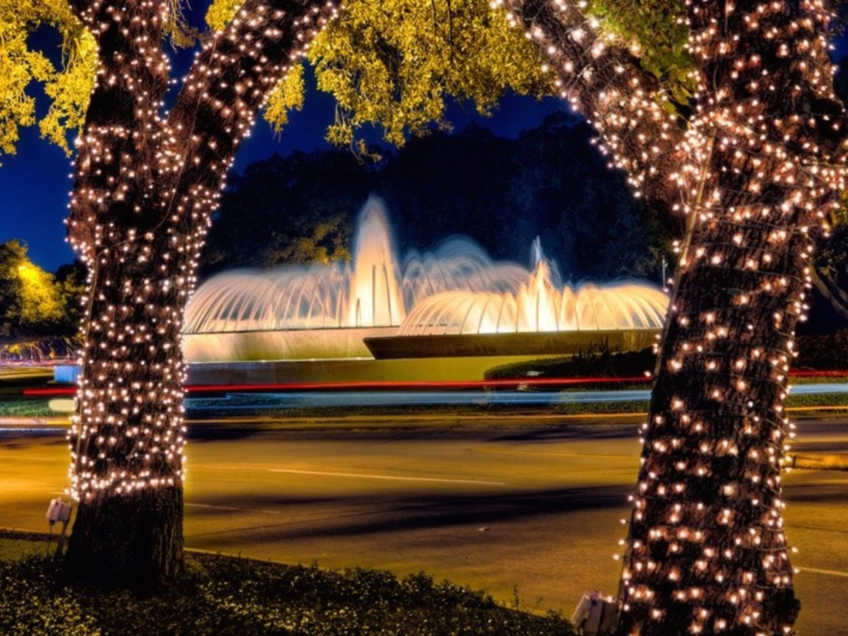 Mecom Fountain at night