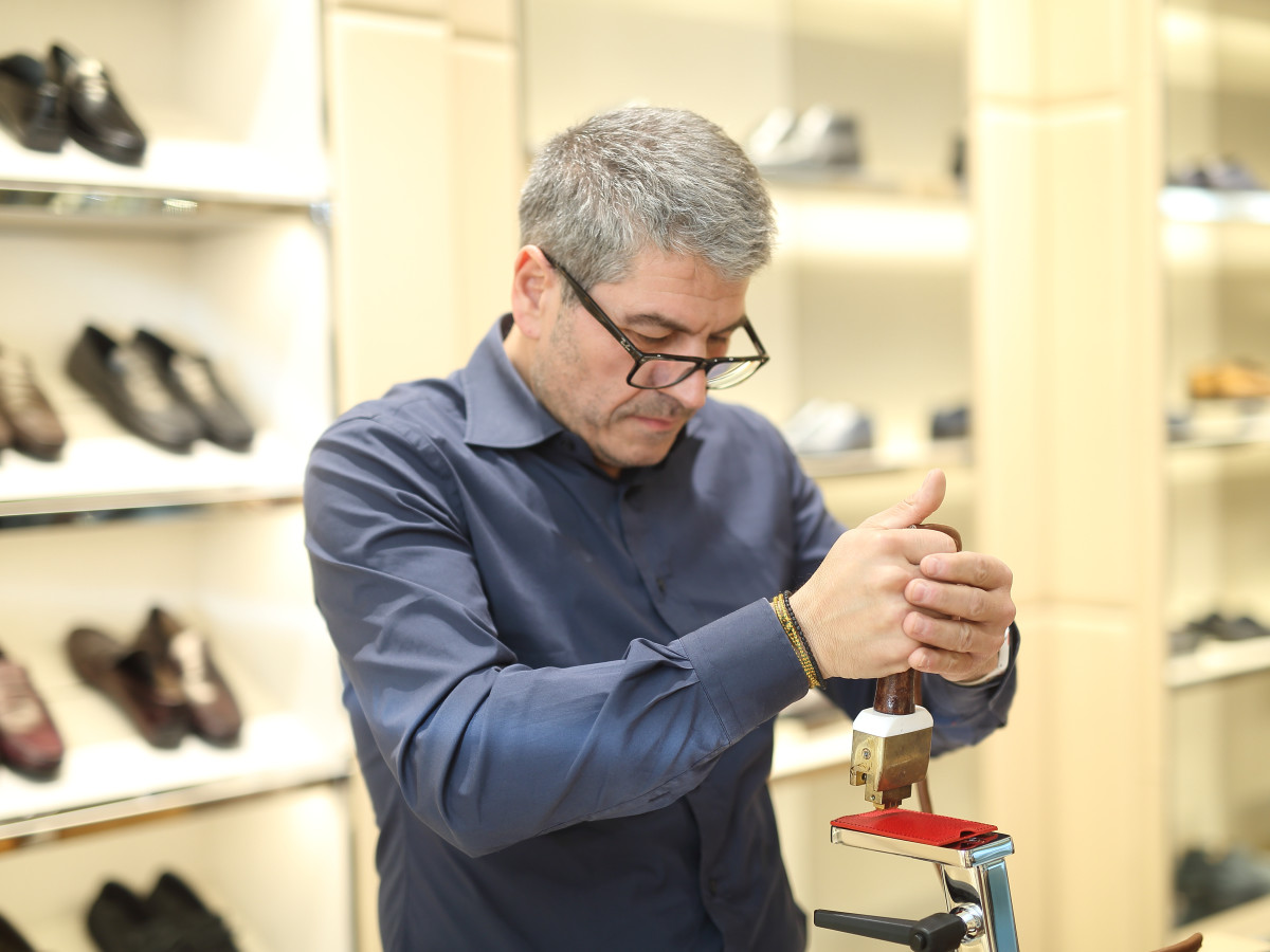 Tod's artisan at work at store grand opening