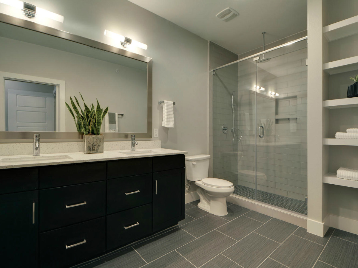 Austin townhome 2002 Glen Allen Street October 2015 bathroom
