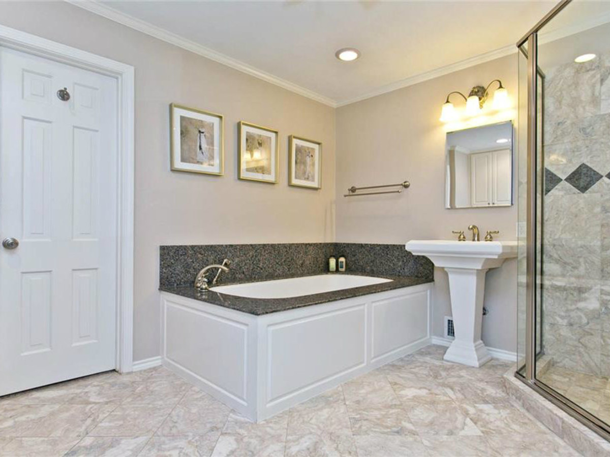 Master bath at 9722 Boedecker in Dallas