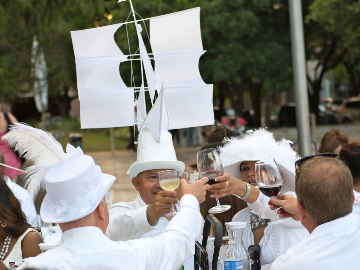 Houston, Diner en Blanc, June 2015, guests dressed in all white