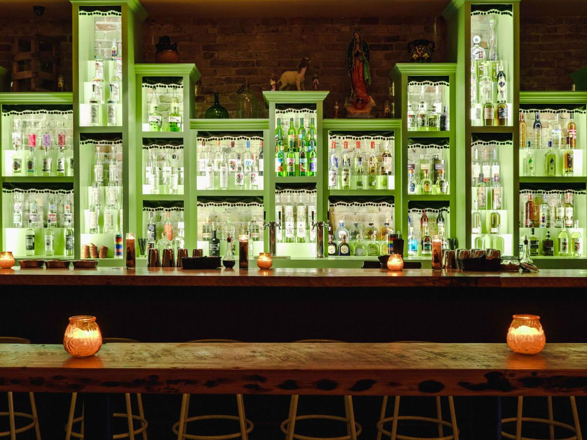 Las Perlas Austin bar
