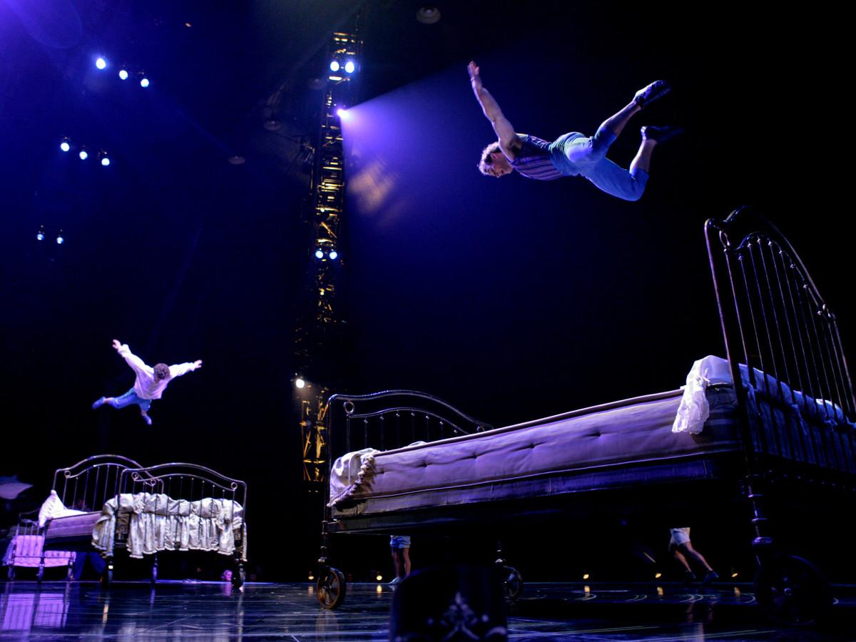 Cirque du Soleil - Corteo - bouncing beds