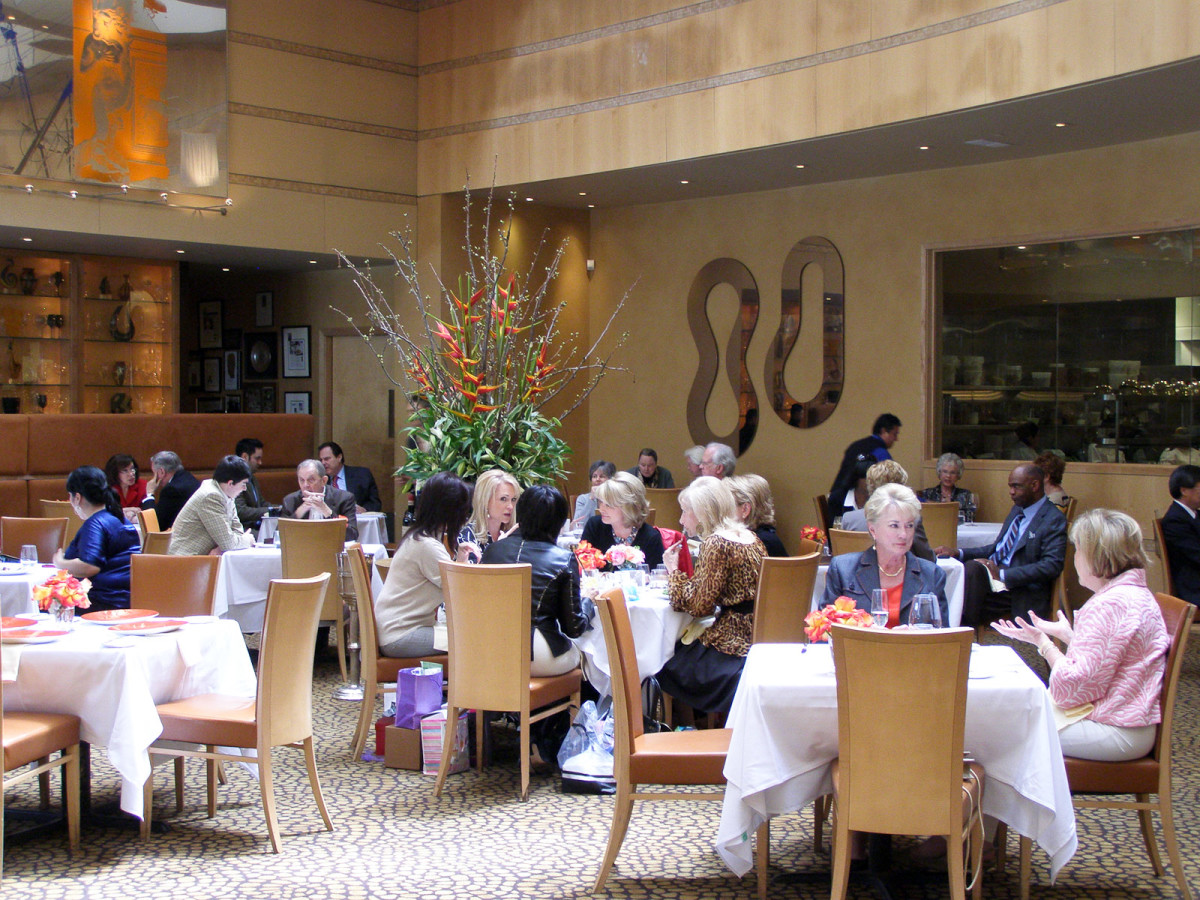 News_Tony's_restaurant_dining room_diners