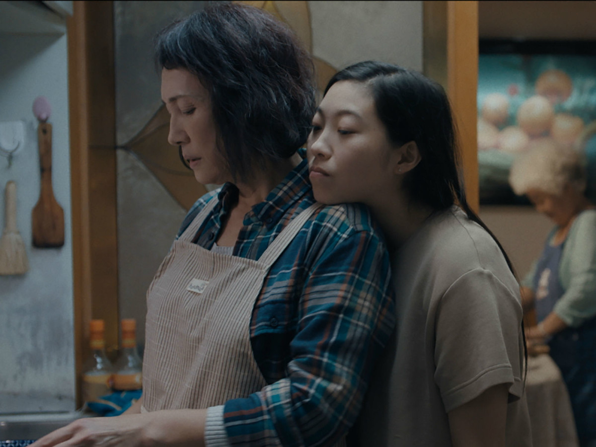 Diana Lin and Awkwafina in The Farewell