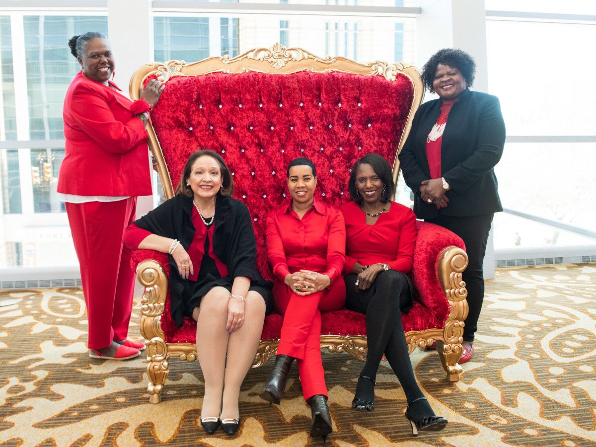 (left front) Linda Valdez Thompson and DFW International Airport staff