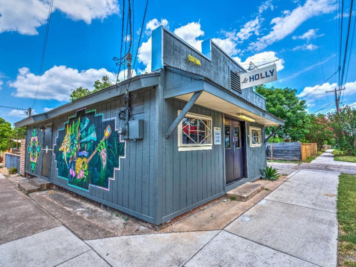 La Holly Austin bar