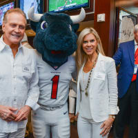 News, Shelby, Texans Owners suite, Sept. 2015, Lee Majors, Toro, Faith Majors