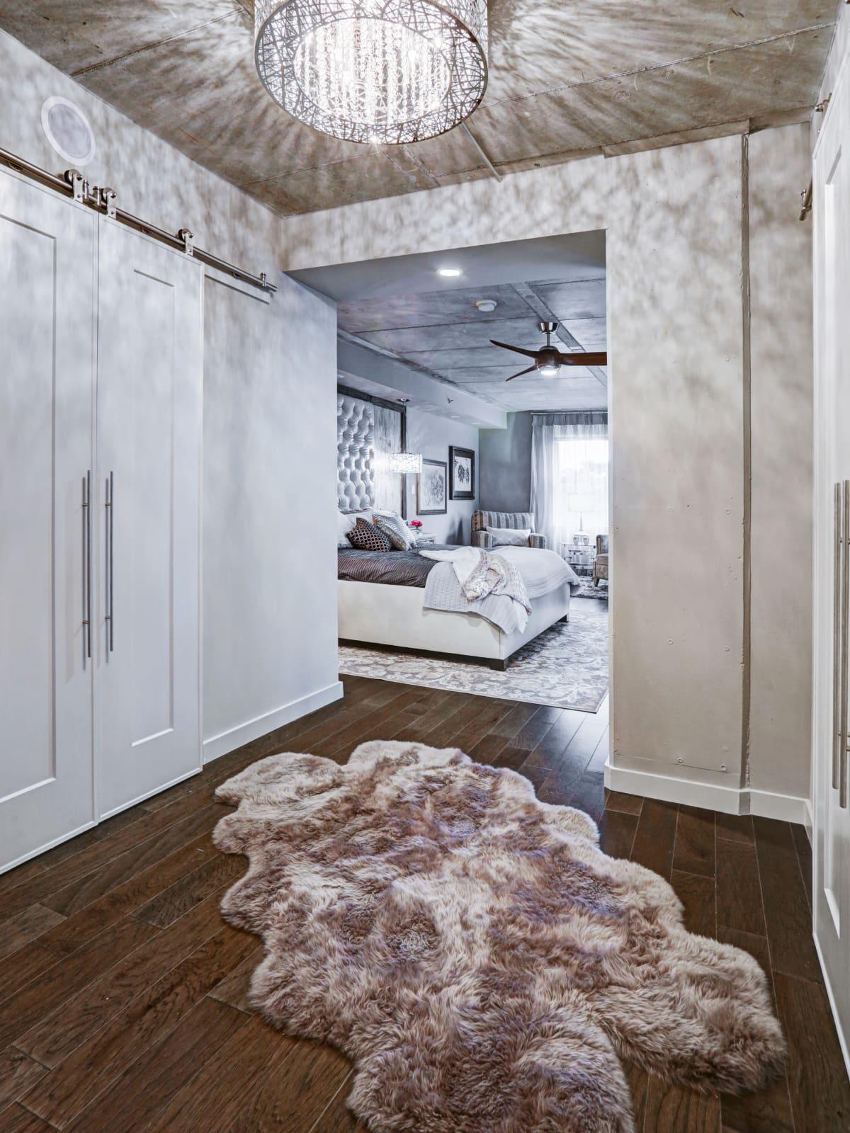 6007 Memorial, entry to bedroom