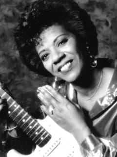 musician Barbara Lynn with guitar