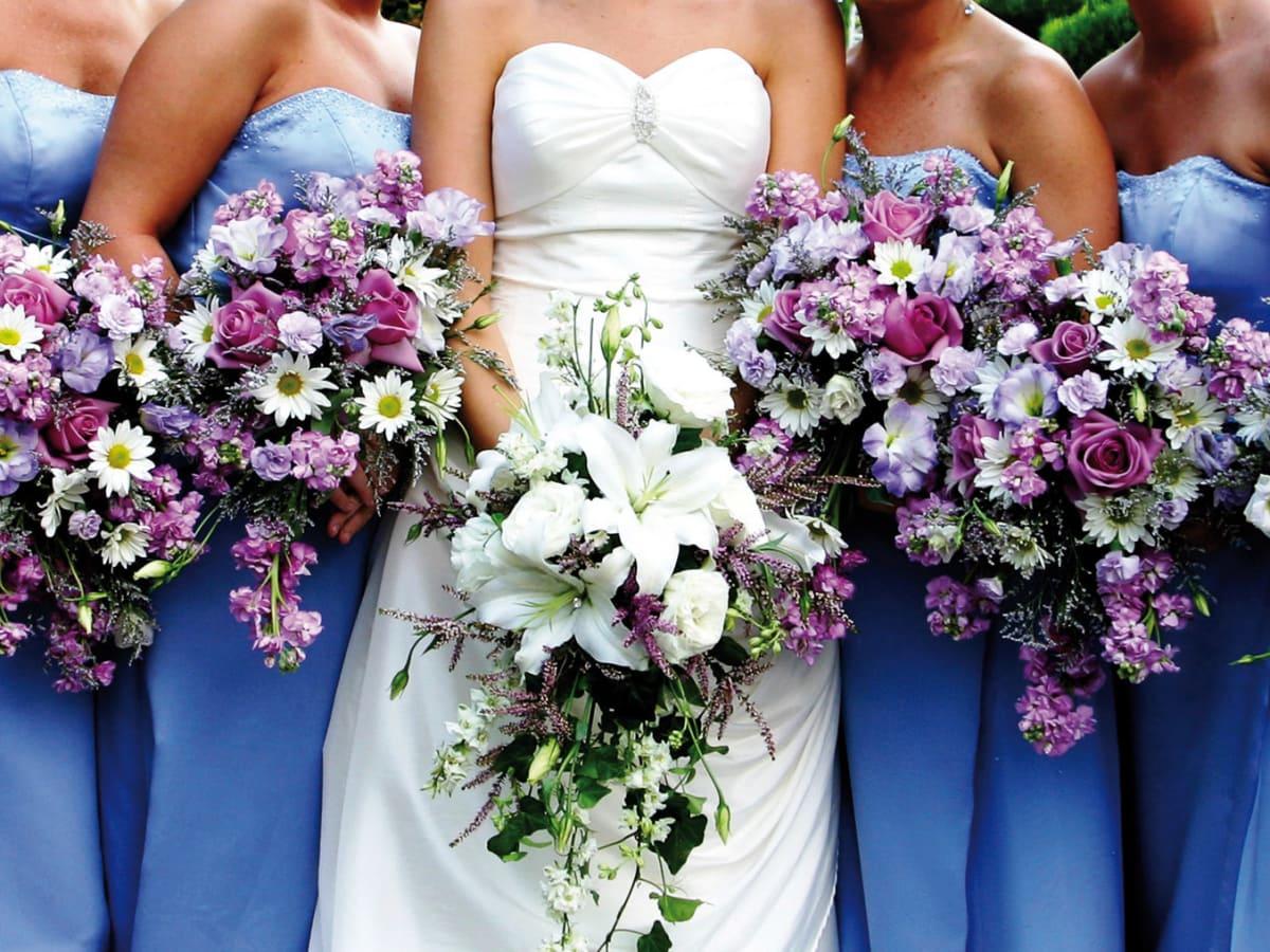 News_bridesmaids_bride_flowers