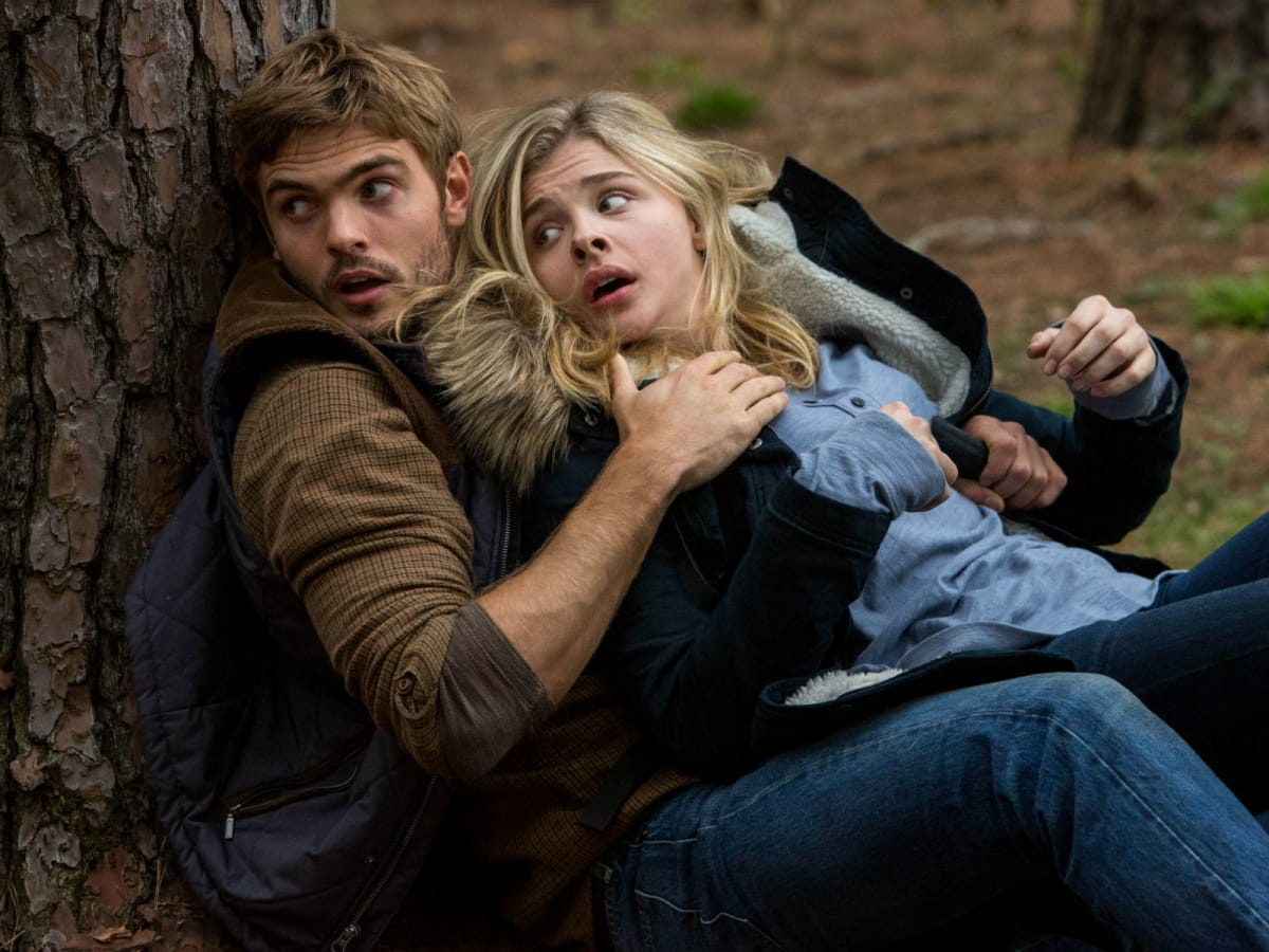 Alex Roe and Chloe Grace Moretz in The 5th Wave