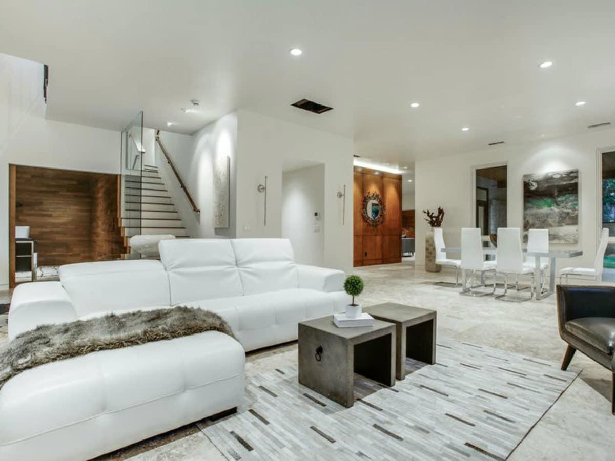 4428 Greenbrier living room