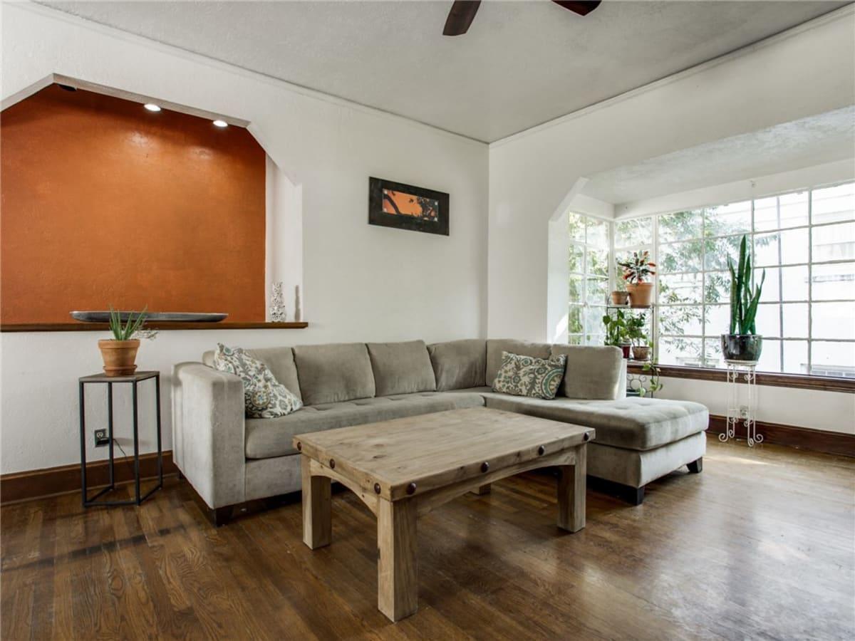 924 Lausanne Avenue Dallas home for sale living room