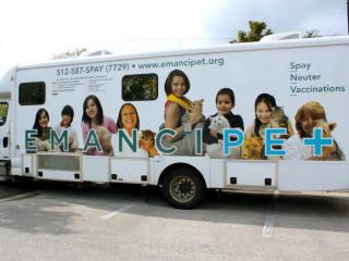 Emancipet volunteer clinic bus