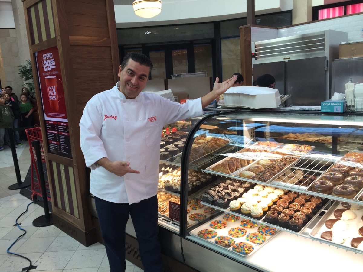 Big Crowd Waits For Hours To Meet Cake Boss At Kiosk
