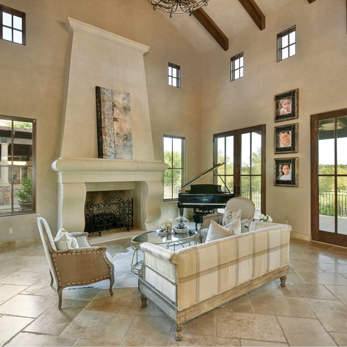 8533 Calera Austin house for sale living room