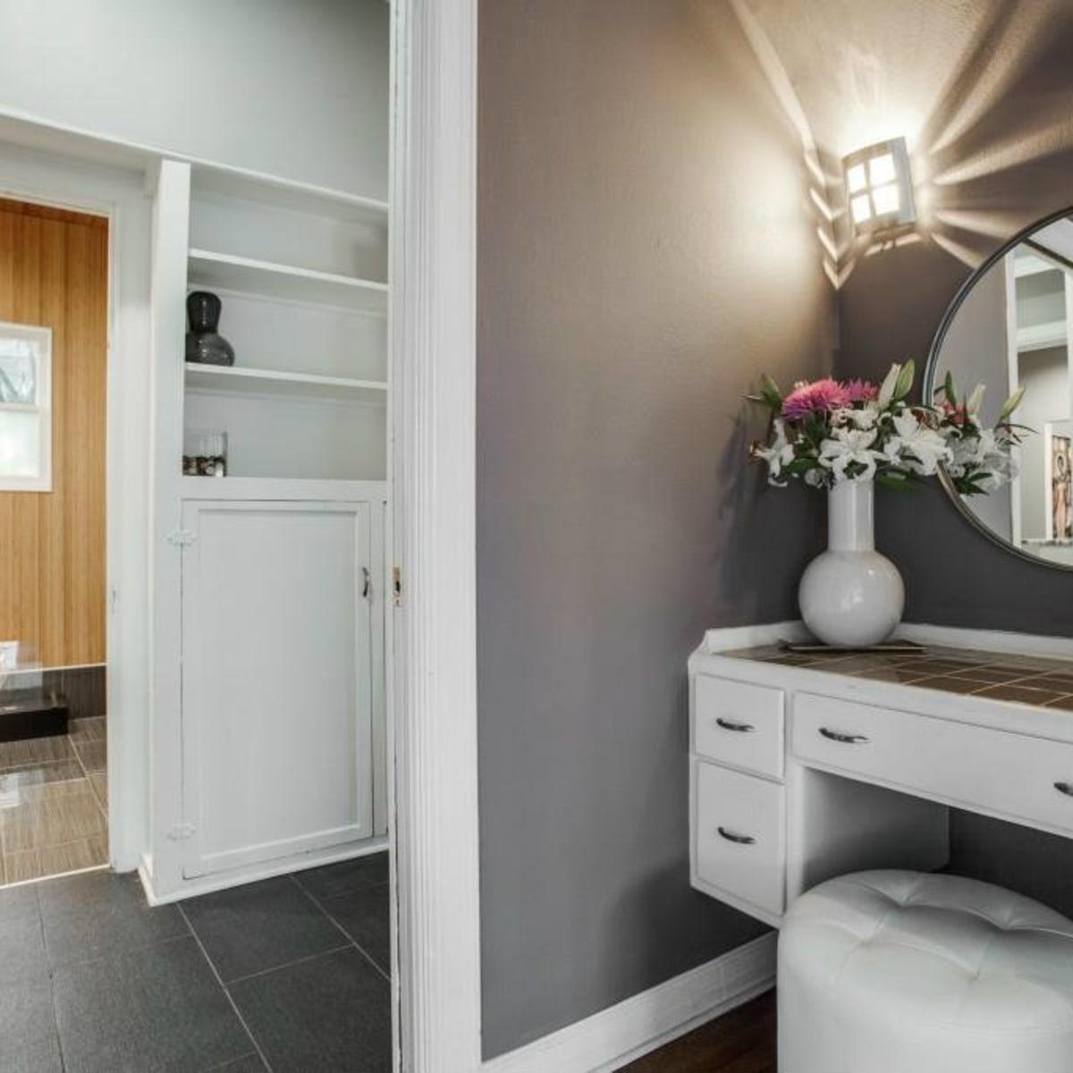 Vanity area at 114 N. Edgefield in Dallas