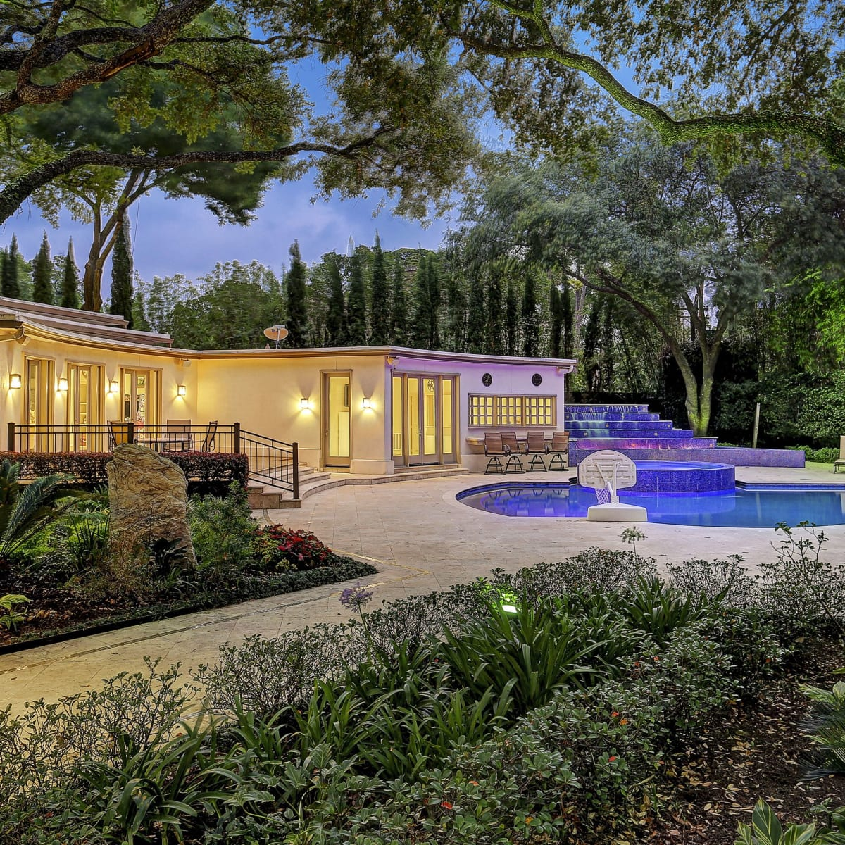1000 Kirby exterior with pool