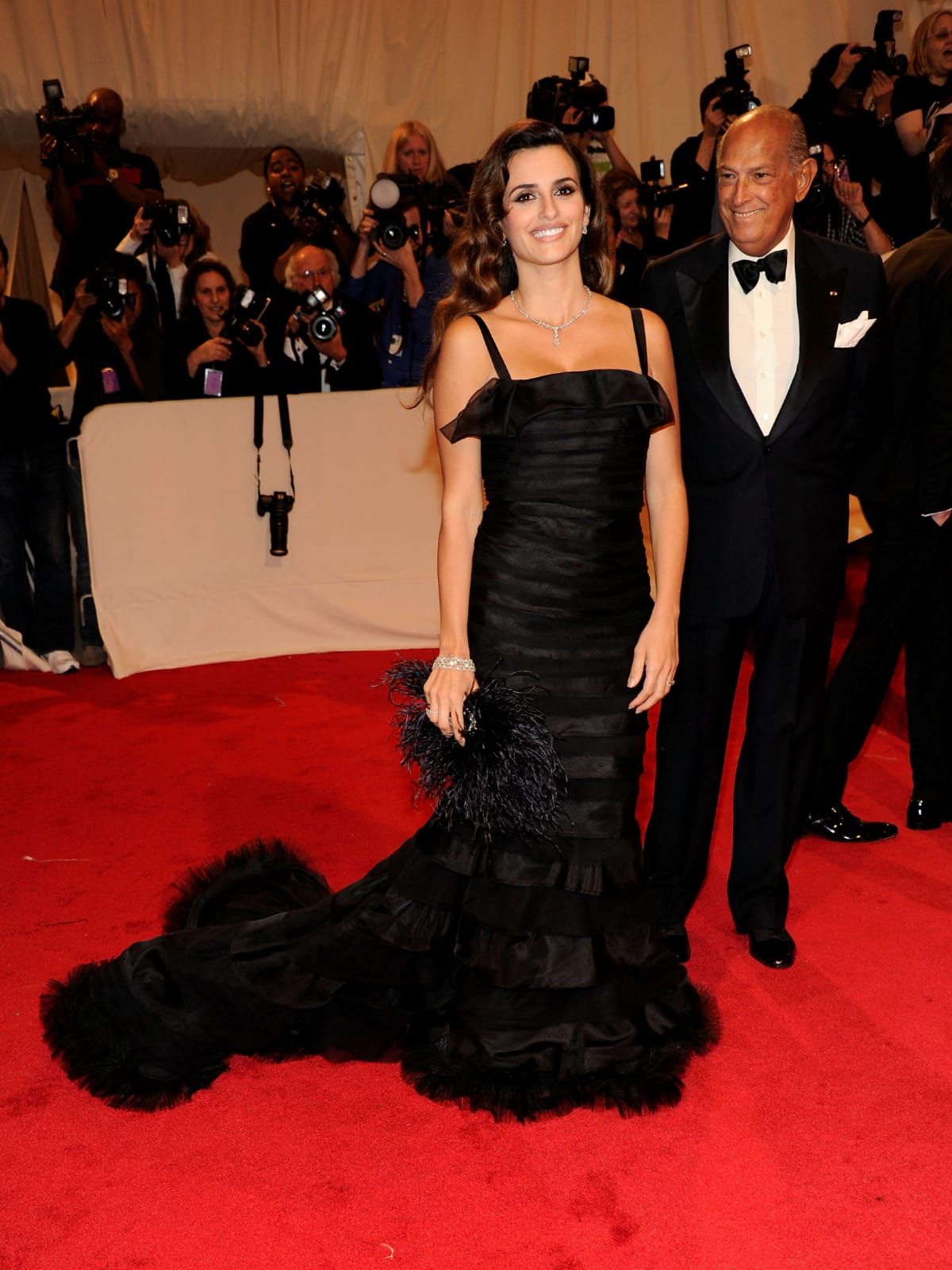 "Penelope Cruz Attends the ""Alexander McQueen: Savage Beauty"" Costume Institute Gala at the Metropolitan Museum of Art in New York City, May 2011 in Oscar de la Renta"