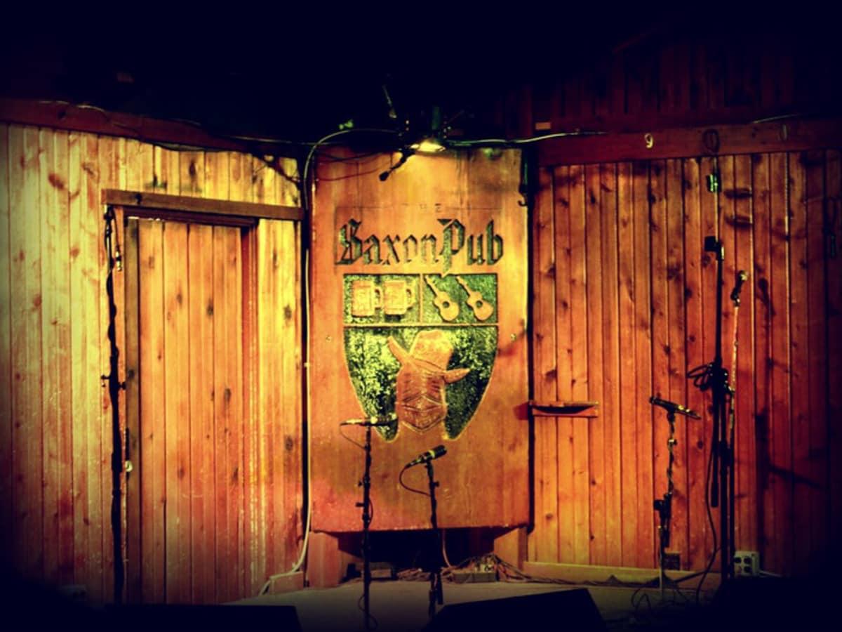 Saxon Pub interior stage