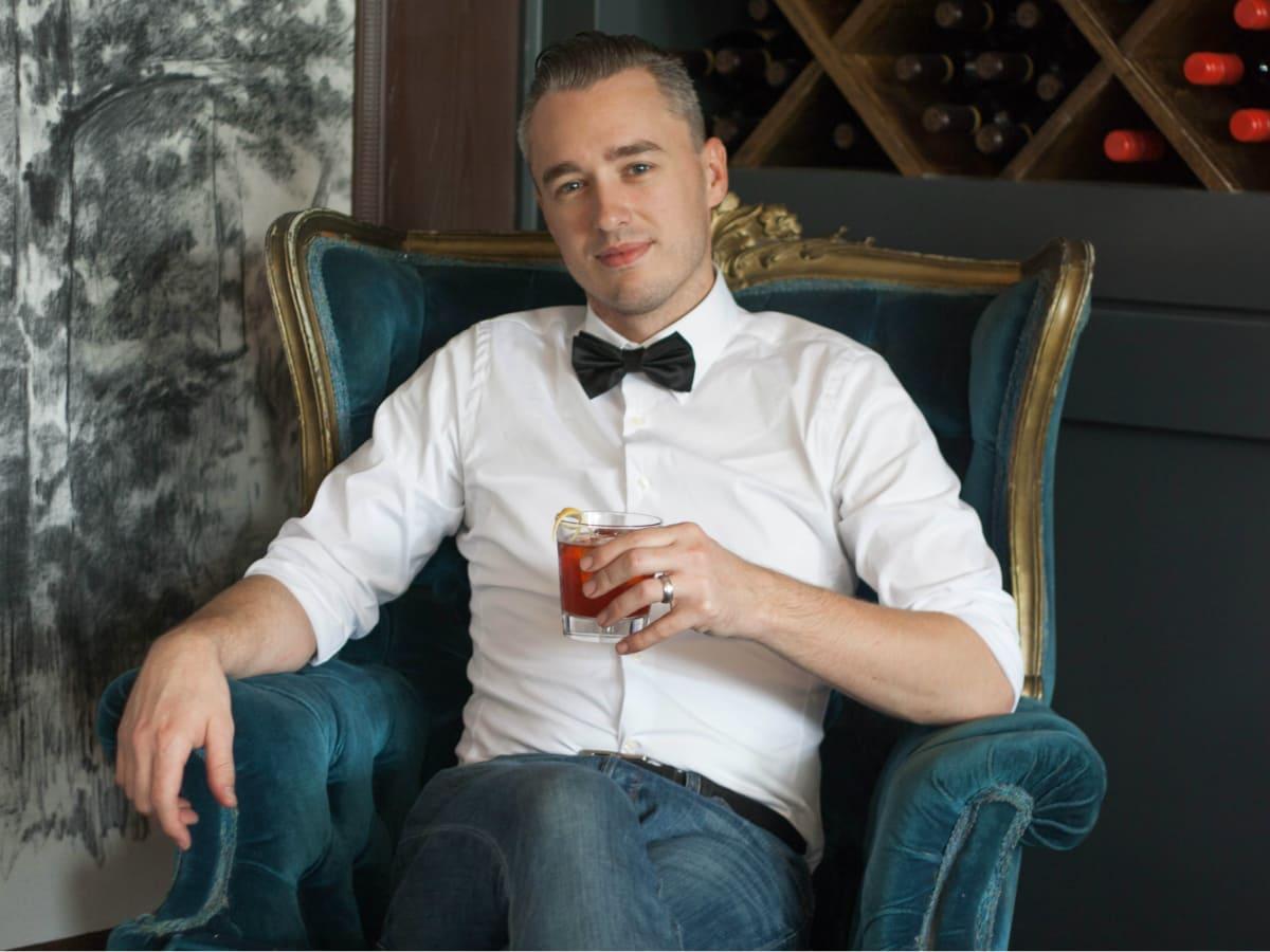 Bartender Kyle Hilla