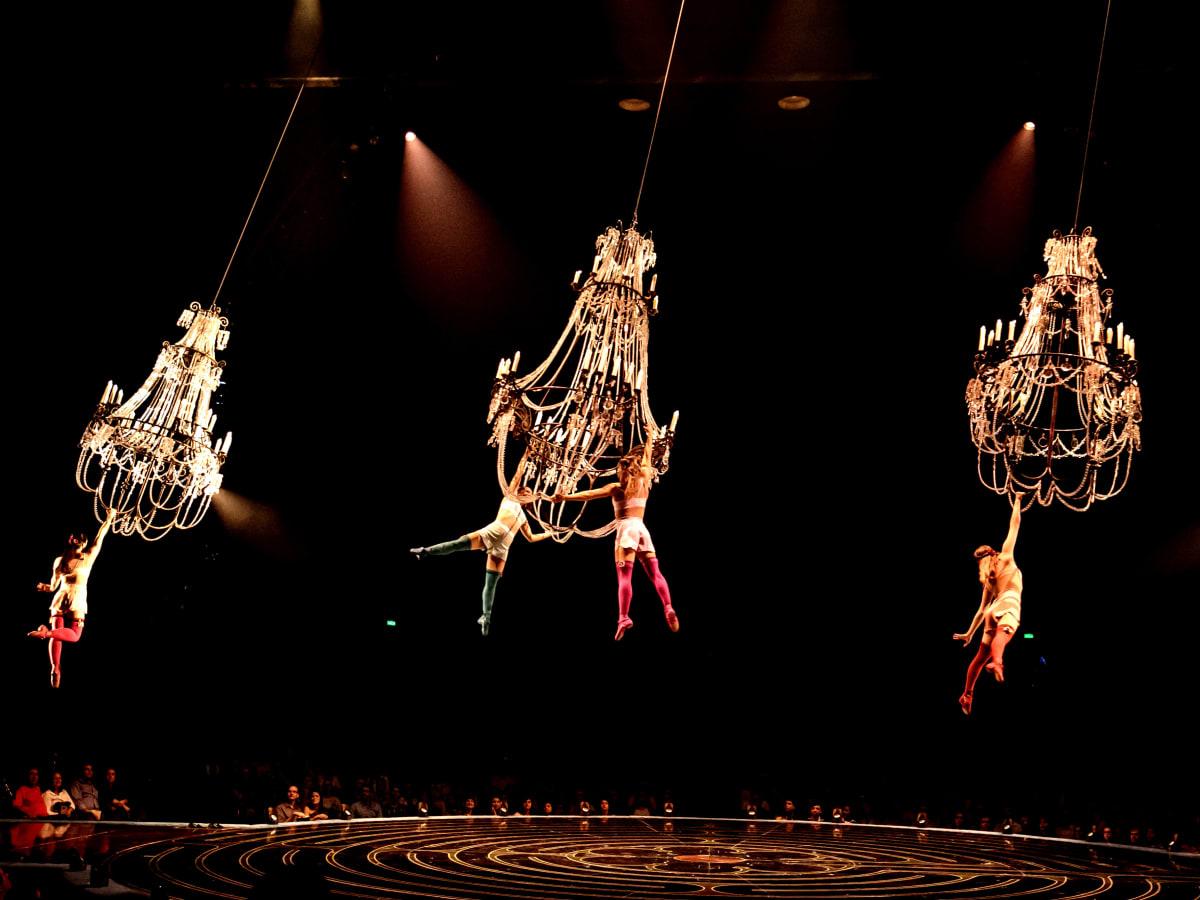Cirque du Soleil - Corteo - chandelier - group