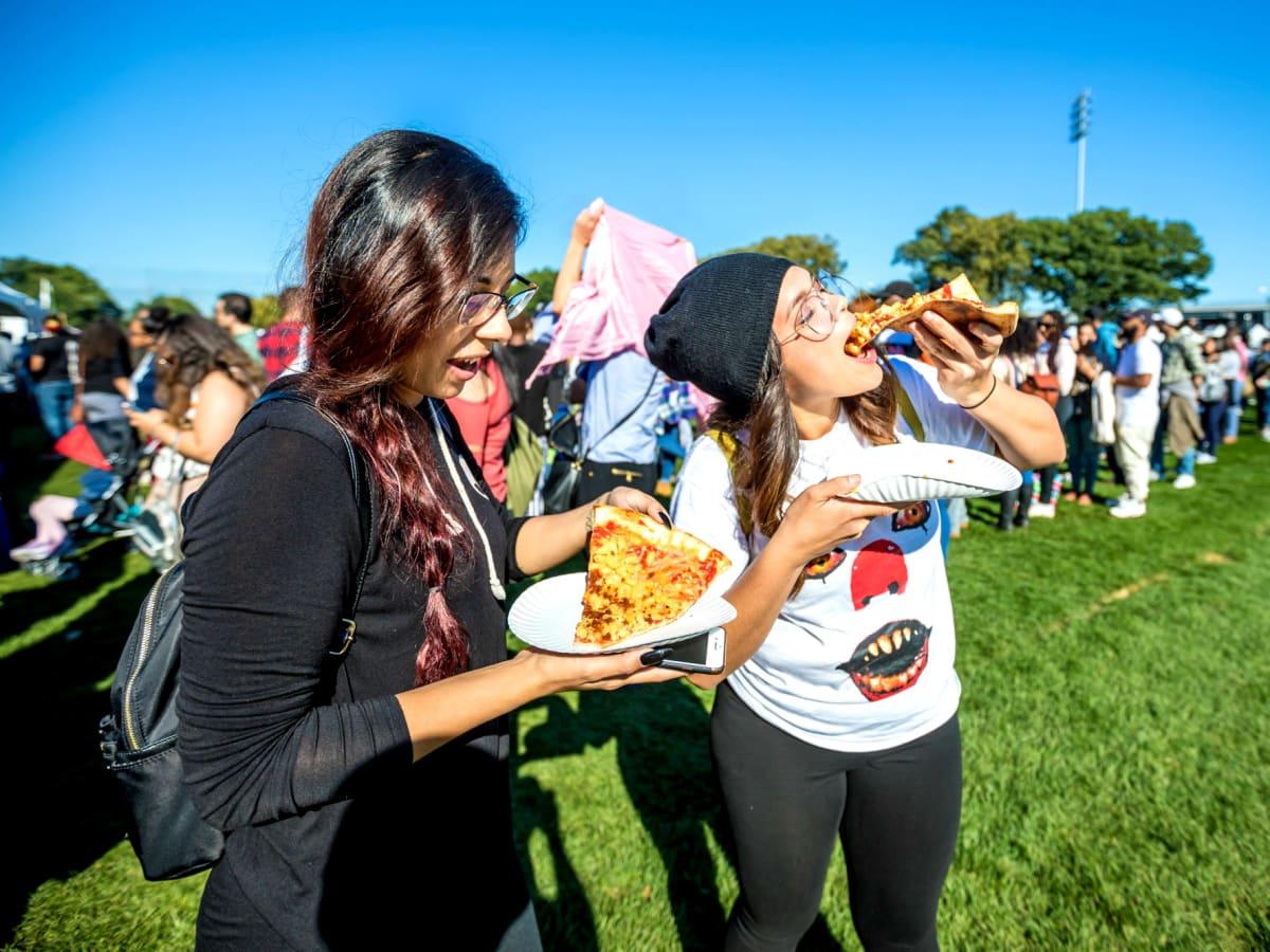Vegandale Festival girls eating pizza