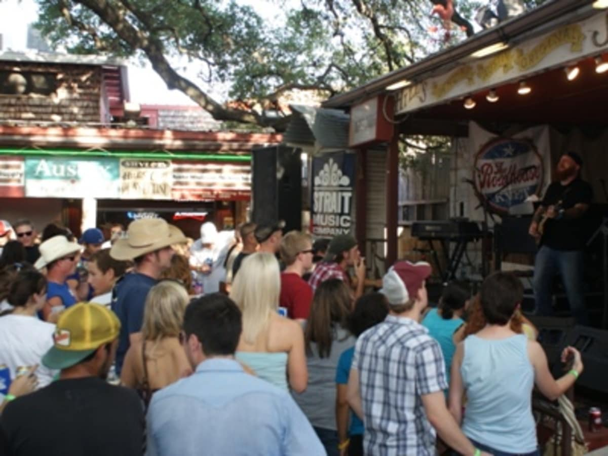 Austin_photo: places_food_hill's_cafe_stage