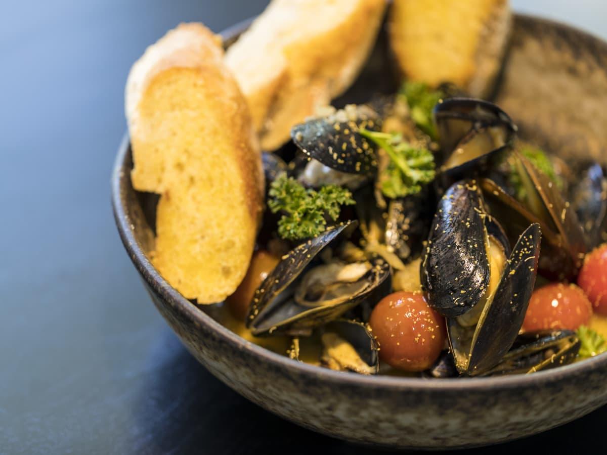 Poitin mussels a la plancha