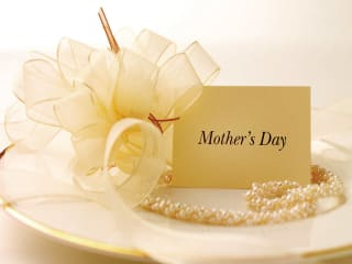 News_Mother's Day_card_plate_pearls_ribbons