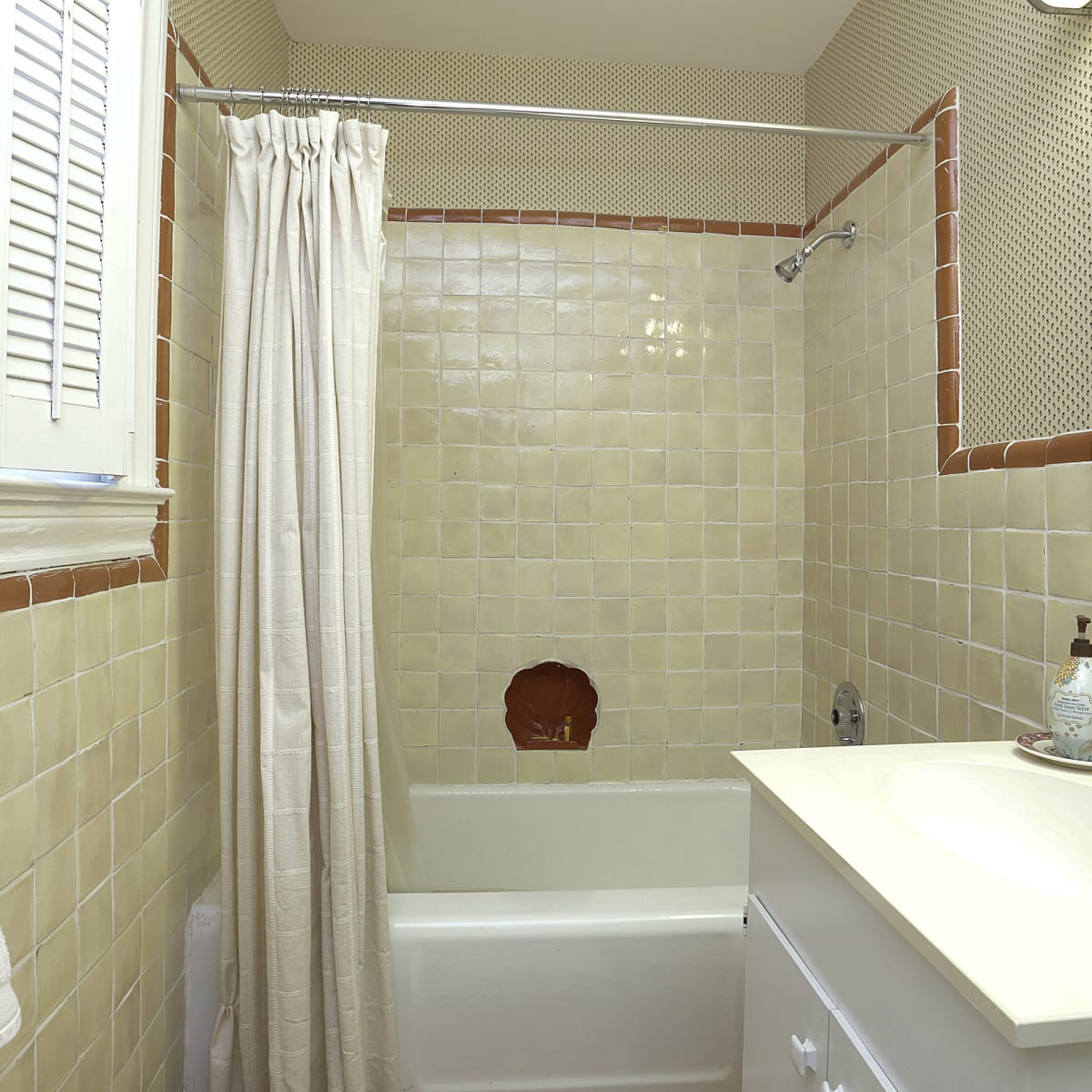 2424 Locke Lane in Houston house for sale bathroom