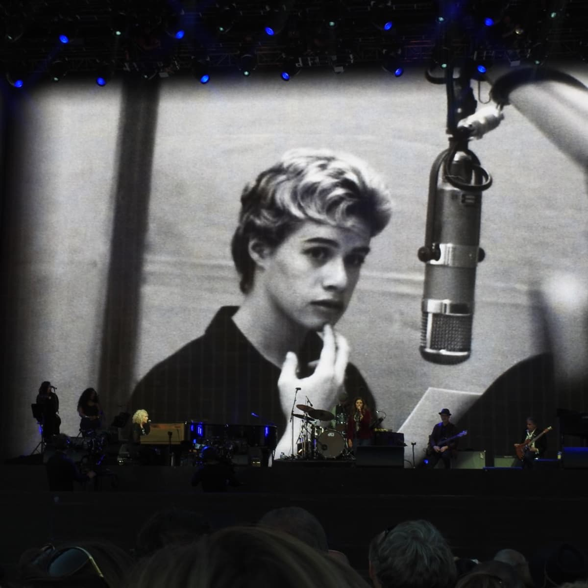 Photo of a young Carole King at London conceryt