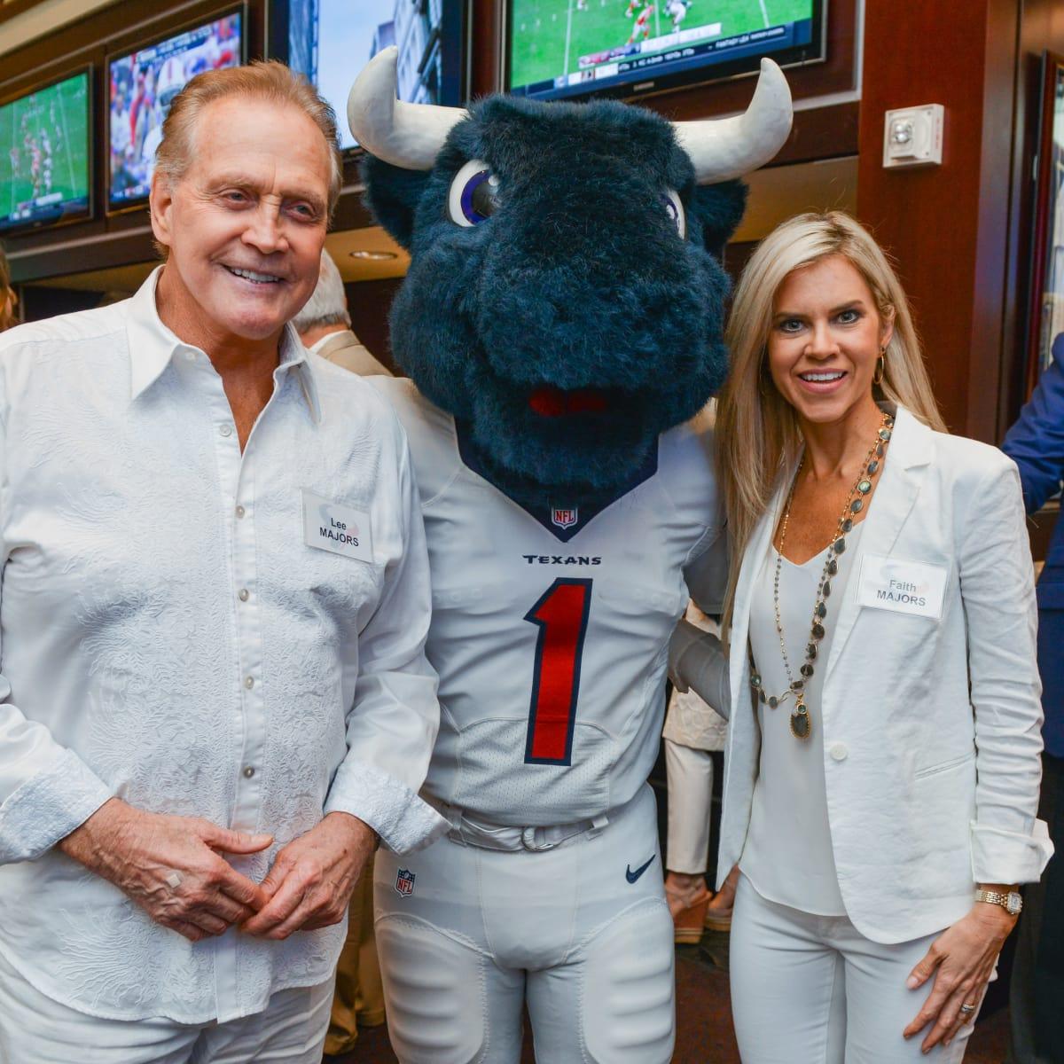 News, Shelby, Texans Owners suite, Sept. 2015, Lee Majors, Toro, Faith Majors