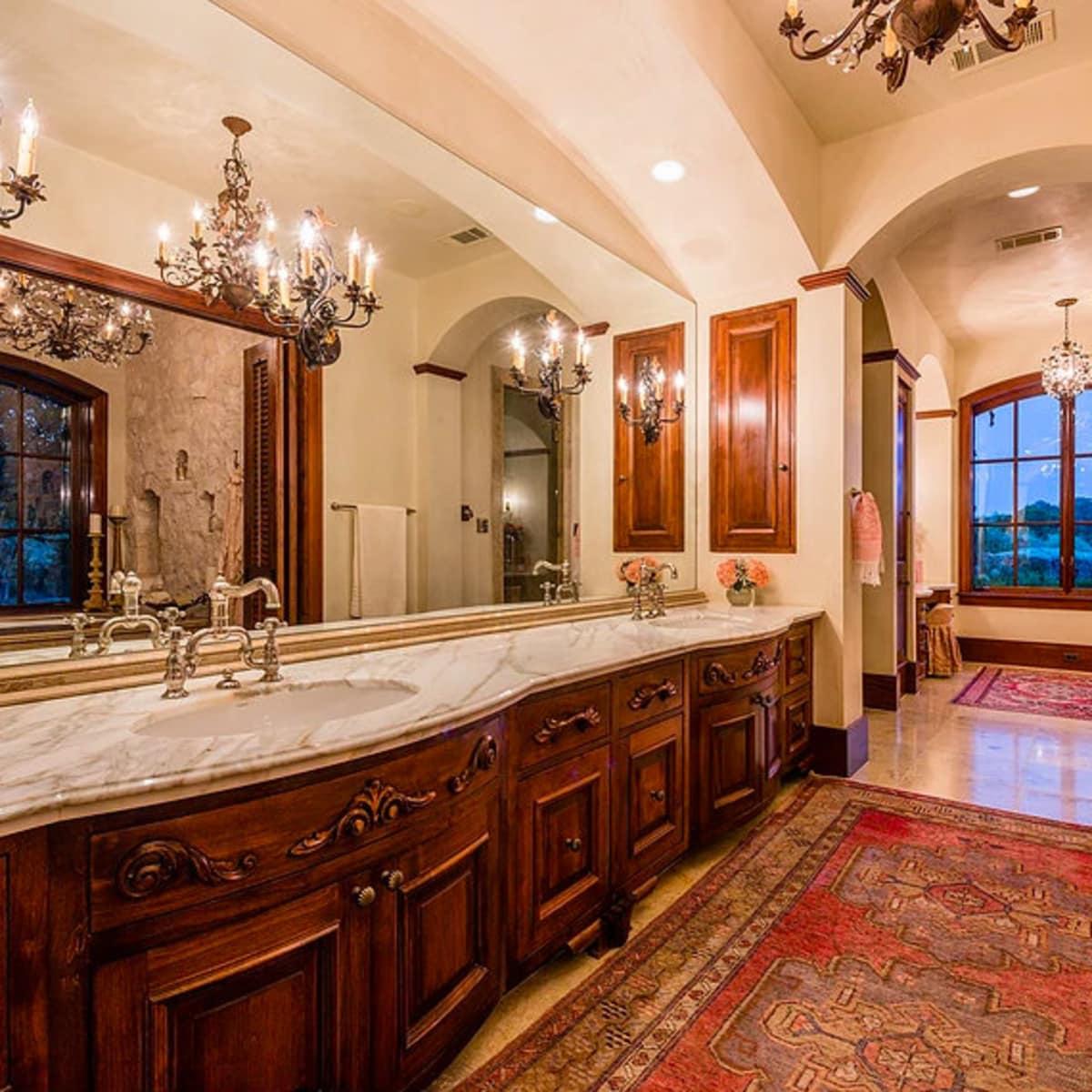 Mandola's estate in Austin bathroom