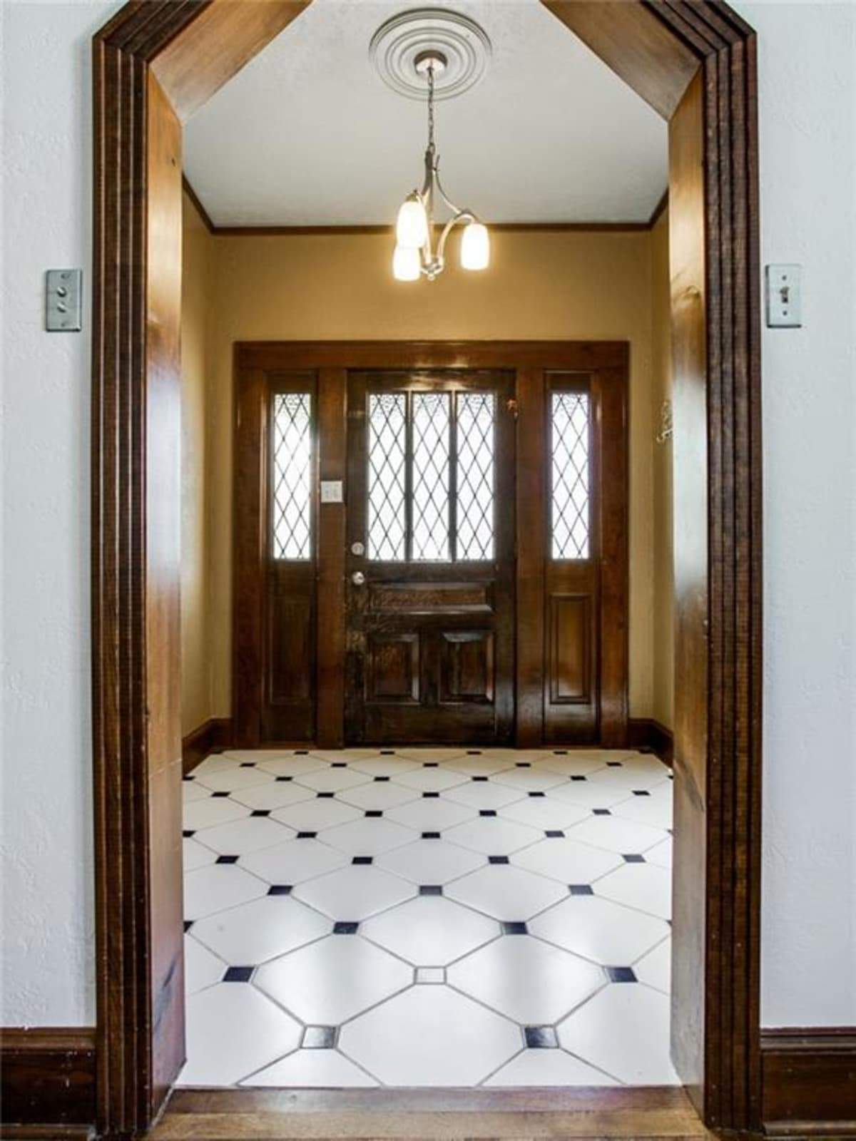 924 Lausanne Avenue Dallas home for sale entry way