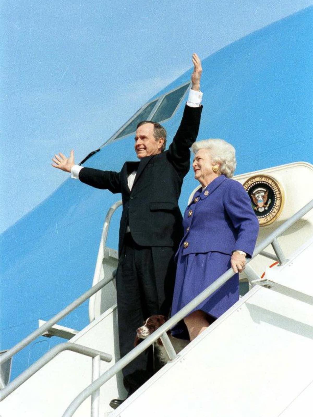 George H.W. Bush, Barbara Bush, arrive in Houston after inaugural ceremony, Jan. 20, 1993