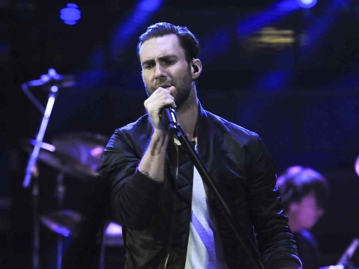 Maroon 5 Adam Levine sing