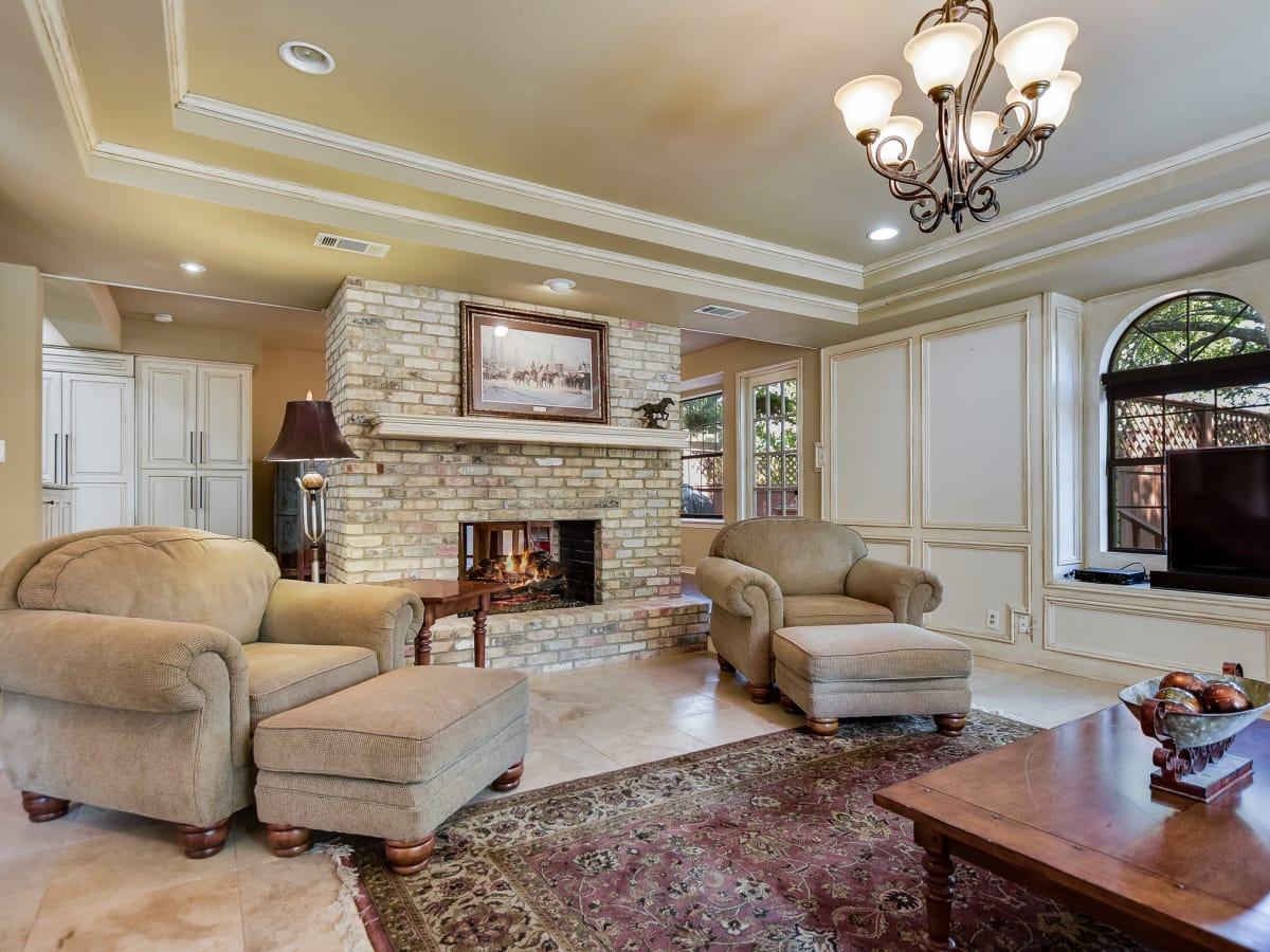4407 Canyonside Austin home for sale living room