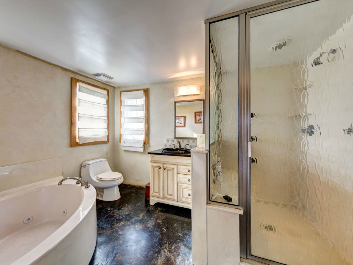 Austin home house 2105 E 9th St 78702 January 2016 bathroom