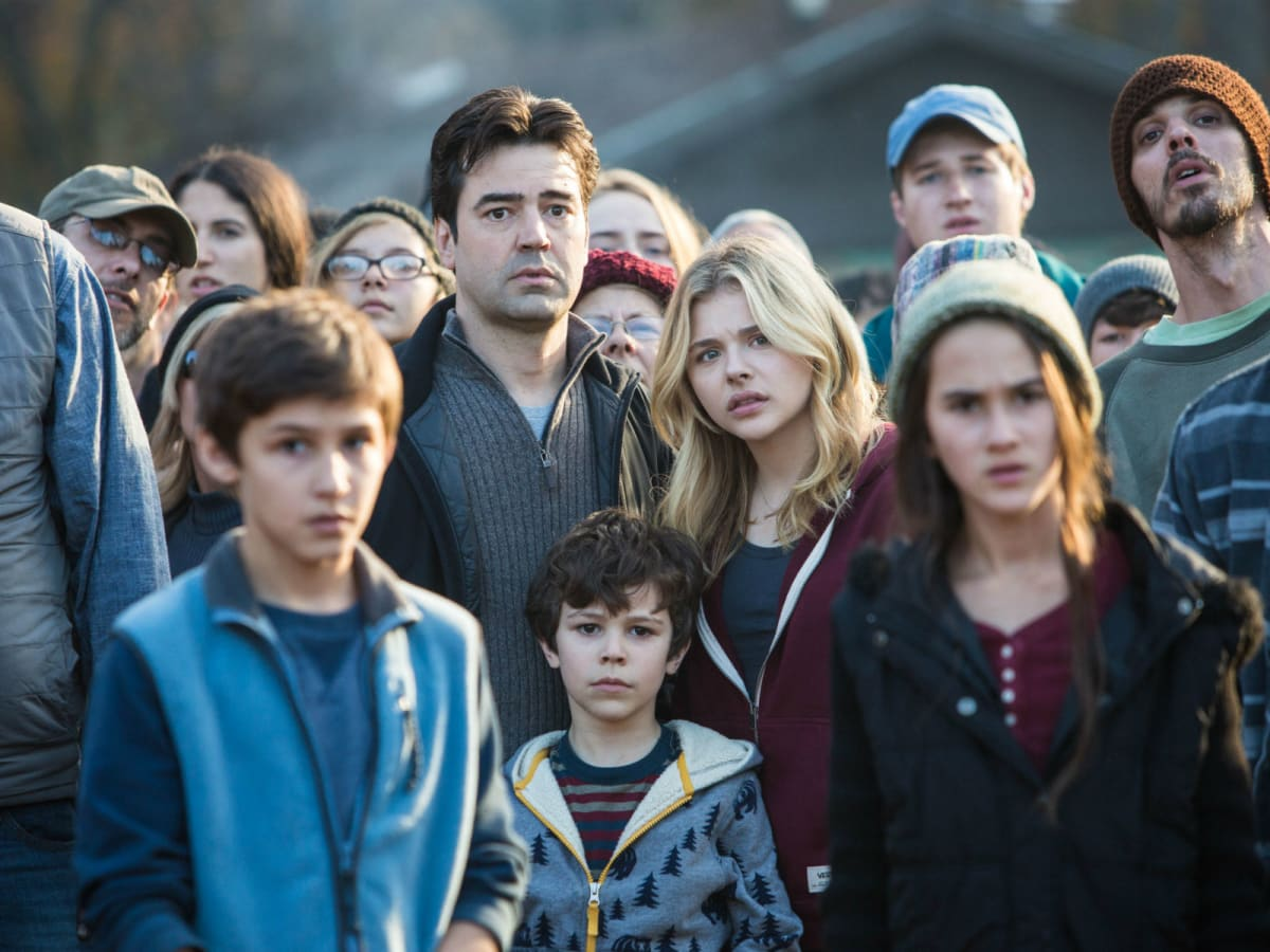 Ron Livingston, Chloe Grace Moretz, and Zackary Arthur in The 5th Wave