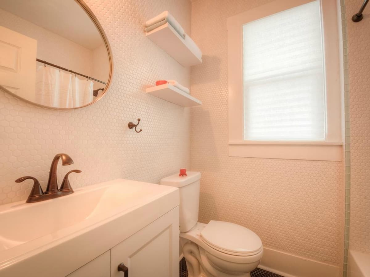 1122 Gunter St 78702 East Austin house bathroom 2015